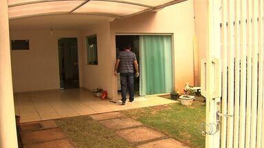 Criminosos esperam vítimas na porta de casa para cometer assaltos em Goiânia - Em alguns casos, assaltantes ameaçam matar crianças e idosos. Famílias inteiras se tornam reféns. Vítimas relatam que é difícil superar o trauma.