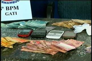 Duas pessoas foram presas hoje em Petrolina suspeitos de tráfico de drogas - Um homem e uma mulher foram presos no bairro Santa Luzia. No bar da suspeita a polícia encontrou crack e cocaína