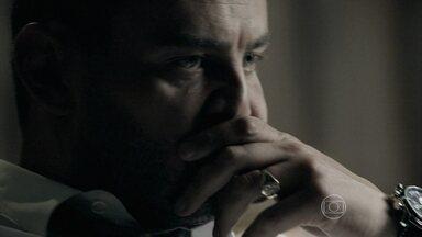 Maurílio acredita que Zé esteja vivo - Vilão desconfia de que o Comendador está por trás das ações de Cristina