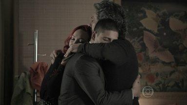 João Lucas e Zé se reencontram e choram de emoção - Comendador afirma que está muito feliz com a visita do filho