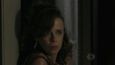 Lorraine invade a casa de Silviano - O mordomo não percebe a presença da esposa de Ismael em sua casa
