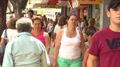 Trabalhadores começam o ano sentindo os reflexos da economia frágil - Mesmo com mais contratações do que demissões em 2014, a geração de empregos no Brasil foi a mais baixa desde 2002. No Paraná, a tendência é a mesma. Em várias cidades a geração de emprego diminuiu.