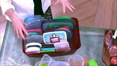 Tampas de potes podem ser separadas em escorredores de pratos - Os potes podem ser guardados separados das tampas e um escorredor de pratos pode ajudar na organização. Potes de policarbonato são mais resistentes a quedas e ao calor.