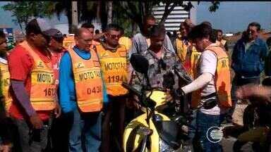 Mototaxistas cobram fiscalização de transporte clandestino em Teresina - Vereador de Teresina, Tiago Vasconcelos, fala sobre protesto de mototaxistas.