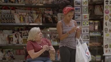 Sol recebe mensagem de Wallace - A menina imagina que o amigo tenha novidades sobre o caso de Bete. Dalva também fica apreensiva