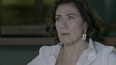 Marta acusa Maurílio de ter roubado o álbum da casa de Silviano - Atitude da aristocrata deixa vilão desconfiado