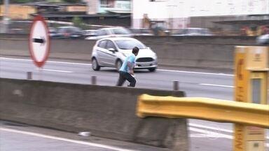 Atropelamento é a principal causa de morte nas estradas do país - A cada três dias uma pessoa morre atropelada no Brasil. Boa parte dessas mortes poderia ser evitada simplesmente com o uso de passarelas.