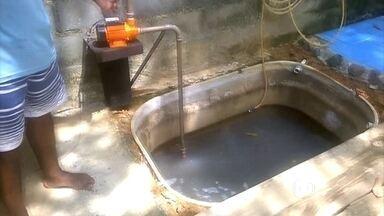 Água da máquina de lavar pode ser reutilizada na descarga - Márcio Gonçalves Boucinha, de Casemiro de Abreu (RJ), mostra o reservatório que criou para coletar a água da máquina de lavar e do tanque. Ela é bombeada para uma caixa d'água e serve para a descarga da casa.