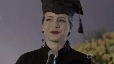 Começa a formatura de Cristina - Elivaldo sente falta de Cora