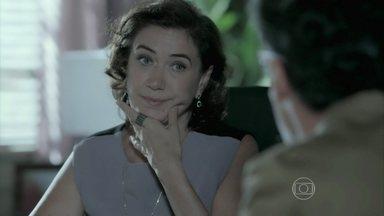 Téo Pereira pergunta a Maria Marta o nome de seu primeiro marido e ela responde - Érika e Lorraine combinam um encontro