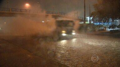 Rio de Janeiro registra fortes chuvas durante a madrugada deste sábado (31) - Um homem morreu atingido por um raio. Por volta das 3h, a capital fluminense entrou em estágio de atenção e 25 pontos de alagamento foram registrados. Os ventos chegaram a 60 Km/h.