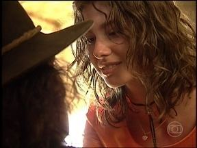 Lia seduz Aparício - O violeiro fica surpreso com a presença da filha do patrão