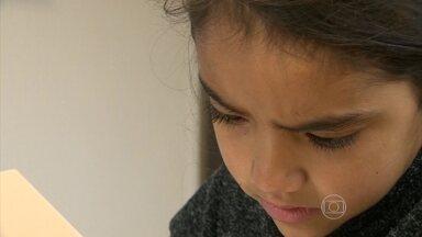 Vitória tenta driblar dificuldades com a leitura; entenda o que é dislexia - Vitória tem 9 anos e está treinando para driblar a maior dificuldade que tem na escola, a leitura. O Instituto do Cérebro de Porto Alegre faz um trabalho com 700 crianças que têm dislexia e estão sendo acompanhadas por pesquisadores.