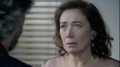 Marta surta e agride Zé - Comendador questiona os sentimentos da esposa