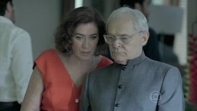 Marta se incomoda com a presença de Isis em sua casa - Maria Clara implica com Cristina