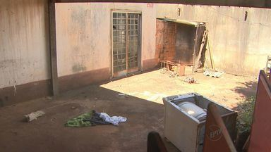 Casa abandonada e vazamento incomodam moradores em Ribeirão Preto - Desperdício de água já dura cerca de duas semanas.