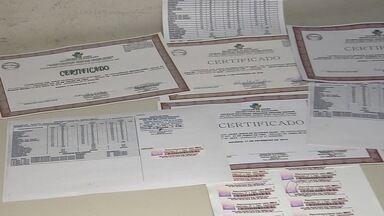Dupla é presa suspeita de vender diplomas falsificados em Goiânia - A irregularidade foi descoberta pelo serviço de inteligência da Polícia Militar. Segundo a corporação, os rapazes usavam um perfil em uma rede social para negociar os diplomas.