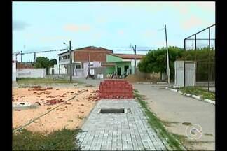 Uma obra parada tem tirado os sono de moradores do bairro Cosme Damião - O local está abandonado