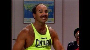 Paulo Cintura coloca todos os colegas para se exercitar - Professor Raimundo, no entanto, dá nota zero para o aluno