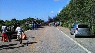 Moradores do Abaís fecham rodovia - Reivindicação dos manifestantes é contra constantes acidentes no local