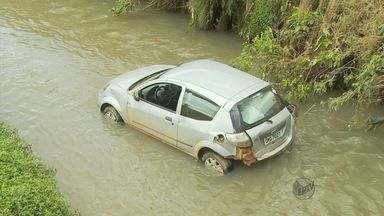 Um carro caiu no ribeirão em Poços de Caldas (MG) - Um carro caiu no ribeirão em Poços de Caldas (MG)