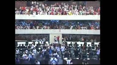 Manifestantes invadem ALEP e votação de pacotaço é adiada - O novo pacote de medidas do governo pretendia cortar gastos, afetando diretamente a carreira de professores e funcionários estaduais.