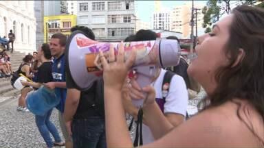Manifestantes protestam contra o aumento do preço da tarifa de ônibus em Curitiba - No terceiro ato de protesto contra o aumento no preço da passagem, manifestantes se renuíram em frente à escadaria da UFPR.