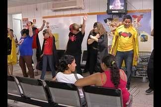 Pediatria da Santa Casa recebe ação de carnaval - Funcionários e voluntários se fantasiaram para levar alegria às crianças.
