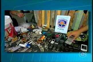Polícia Militar realizou hoje mais uma revista no presídio de Salgueiro - Na ação a PM apreendeu uma grande quantidade de cocaína, maconha, uma balança de precisão, além de tesouras, pedaços de madeira, 43 facas e 18 litros de cachaça artesanal.