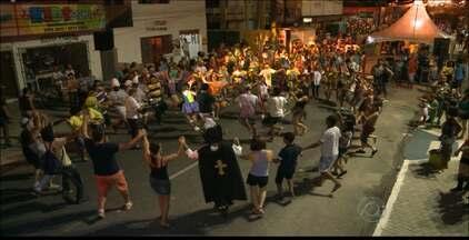 Foliões se divertem na concentração do Muriçocas do Miramar em João Pessoa - Centenas de pessoas se reuniram na Praça das Muriçocas.