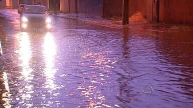 Chuva causa transtornos em Campo Grande - Vários pontos da cidade ficaram alagadas e sem energia elétrica. Alguns moradores tentaram resolver os problemas comas próprias mãos