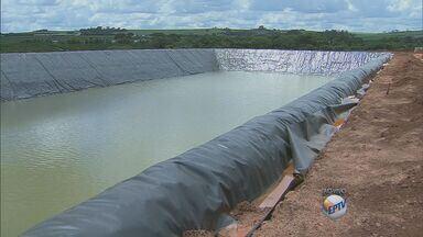 Produtores de flores investem em reaproveitamento de água de irrigação - Os produtores de flores estão investindo em reaproveitamento de água de irrigação, o sistema consegue manter a produção por até 200 dias sem captação em mananciais.
