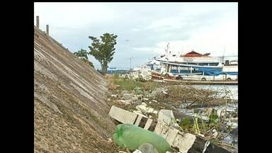 Lixo acumulado na frente da cidade preocupa população em Santarém - Rio voltou a subir e o lixo permanece no local prejudicando a natureza.