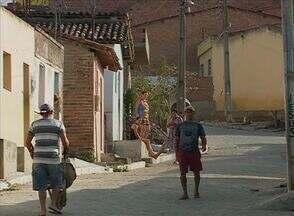Moradores sofrem com falta de água no Alto do Moura - Problema ocorre na Rua São José, Caruaru.