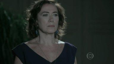 Marta implora para que Zé Alfredo reconsidere a demissão de Zé Pedro - Téo promete colocar Cora frente a frente com o Comendador