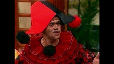 É carnaval! Seu Boneco chega vestido de Pierrô à Escolinha - Depois da bagunça, Professor Raimundo segue com a aula e ameaça Seu Rolando Lero de expulsão