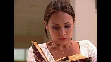 Eduarda lê diário de Helena e descobre tudo sobre a troca de bebês - Gabriela Duarte narra o desfecho da novela de Manoel Carlos