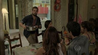 Vicente serve o jantar na casa de Xana - Todos se reúnem sem a presença de Xana