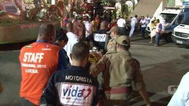 Médicos e bombeiros socorrem destaque de carro alegórico do Império Serrano - O atendimento foi prestado ainda na Marques de Sapucaí. Segundo médicos, a mulher caiu do carro após o término do desfile.