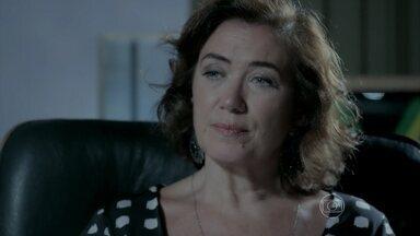 Maria Marta conta para Maria Clara que José Alfredo descobriu seu segredo com Silviano - A moça fica chocada com a descoberta