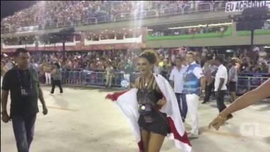 Viviane Araújo desfila pela Unidos de Padre Miguel neste sábado de carnaval - Ela grava cenas da novela Império na Sapucaí.