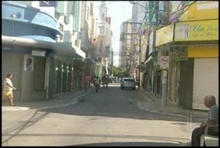 Comércio de Campos, RJ, registra pouco movimento nesta segunda-feira - Ruas do centro ficaram vazias durante todo o dia.