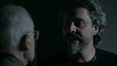 José Alfredo expulsa Silviano da mansão - Ele avisa a família sobre a demissão do mordomo