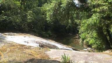 Em Guaratuba, turistas aproveitam a cachoeira em Salto Parati - O passeio completo com almoço incluso custa R$ 80 por pessoa.