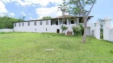Fazenda tombada pelo Patrimônio Histórico, em São Gonçalo, está abandonada há três anos - A Fazenda Colubandê, no bairro de mesmo nome, é tombada desde 1940, mas o casarão, uma capela e todo o conjunto arquitetônico estão em péssimo estado de conservação.