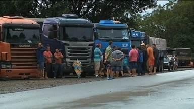 Protestos de caminhoneiros causam congestionamentos em rodovias do país - Na manhã desta segunda-feira (23), rodovias de pelo menos sete estados estão congestionadas por causa dos caminhões parados em protesto por causa da alta dos combustíveis. Em Minas Gerais, manifestantes querem também melhoras nas vias.