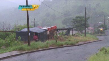 Famílias invadem terreno em Londrina - Demora para a liberação de moradias via Cohab motivou famílias a invadirem terrenos.