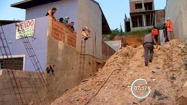 Pedreiro morre soterrado em São José dos Campos, SP - Segundo o Corpo de Bombeiros, vítima fazia obra na casa dele quando barranco deslizou.