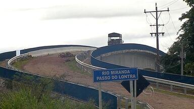 Ponte interditada em Corumbá (MS) vai receber reparos emergências - A estrutura foi parcialmente interditada por causa de um deslizamento de terra. Equipe técnica vai analisar o local para ver o que deve ser feito