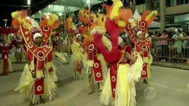 Público lota arquibancada no desfile das campeãs do Carnaval de Três Rios, RJ - Três primeiras colocadas voltaram à Avenida Condessa do Rio Novo no encerramento da folia.
